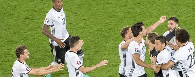 Das DFB-Team feiert den Einzug ins Halbfinale der EM 2016 in Bordeaux
