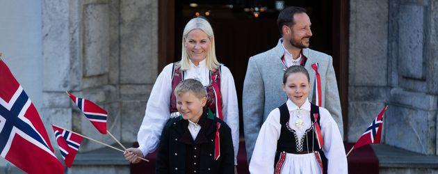 Mette-Marit, Haakon, Sverre Magnus von Norwegen und Ingrid Alexandra von Norwegen