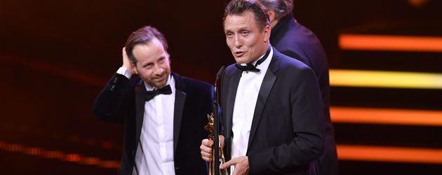 Fabian Busch und Oliver Masucci mit ihrem Bambi