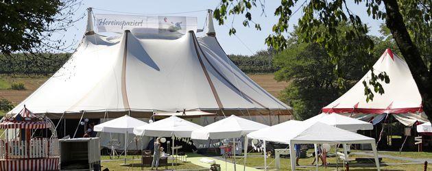 Festzelt zu Samuel Kochs Hochzeitsfeier in Wintersweiler