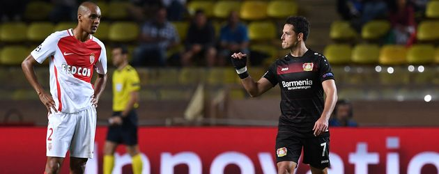 Fußball-Star Chicharito (r.)