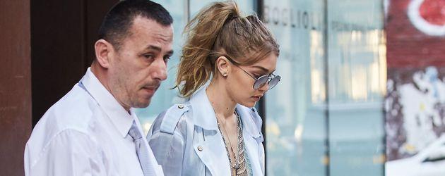 Gigi Hadid mit Leibwächter beim Verlassen ihres Apartments in New York