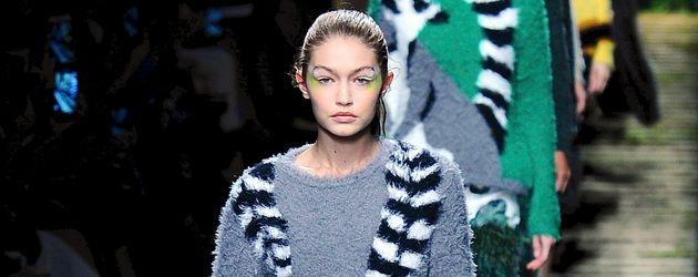 Gigi Hadid auf dem Catwalk von Max Mara auf der Mailand Fashion Week