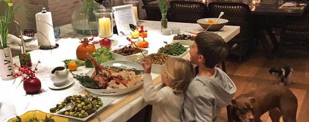 Gisele Bündchens Kids am gedeckten Thanksgiving-Tisch