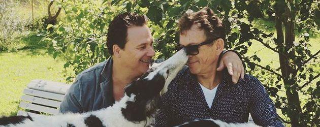 Guido Maria Kretschmer mit seinem Ehemann Frank Mutters und seinen Hunden
