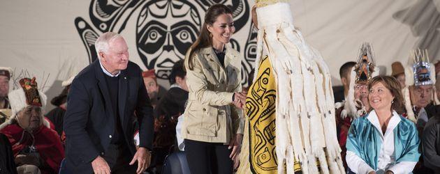 Herzogin Kate begrüßt einen Vertreter der kanadischen Ureinwohner
