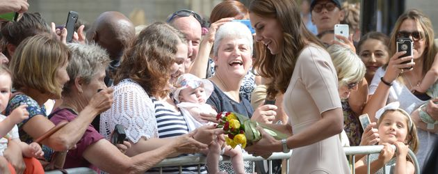 Herzogin Kate mit royalen Fans in Truro