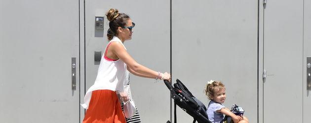 Jessica Alba schiebt den Kinderwagen