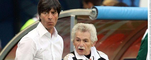 Bundestrainer Joachim Löw mit Physiotherapeut Adolf Katzenmeier (r.)