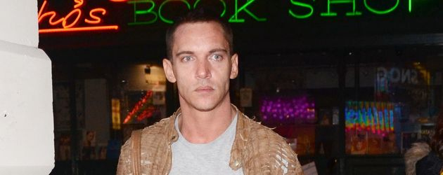Jonathan Rhys Meyers trägt eine helle Lederjacke