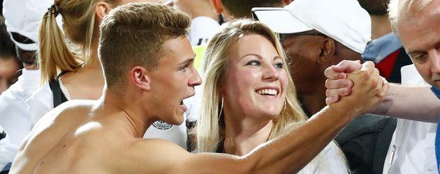 Joshua Kimmich mit seiner Schwester Debora nach dem EM-Sieg gegen Italien