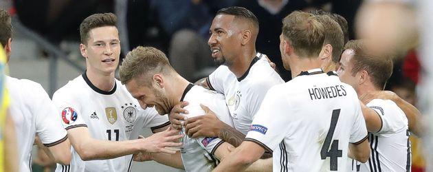 Julian Draxler, Shkodran Mustafi, Jérôme Boateng, Benedikt Höwedes und Mario Götze beim EM-Spiel geg
