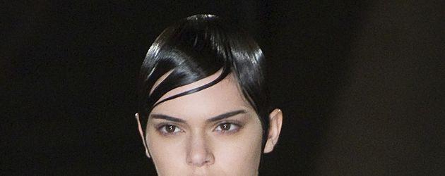 """Kendall Jenner auf dem Laufsteg bei der Modenschau von """"Givenchy"""" in Paris"""