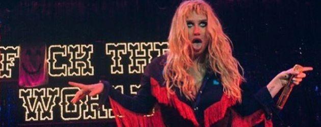 Kesha streckt ihre Zunge raus