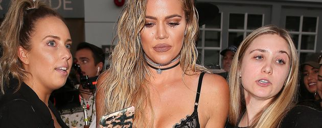 Khloe Kardashian zwischen reichlich Security beim Launch ihrer Denim-Linie