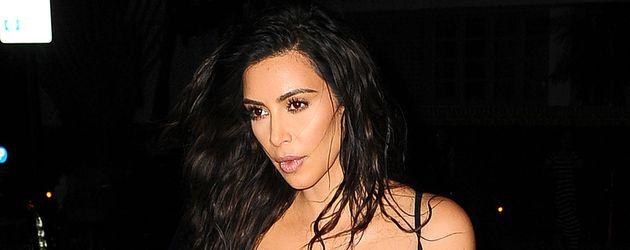Kim Kardashian in einem schwarzen Spitzenbody