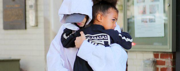 Kim Kardashian und Töchterchen North West