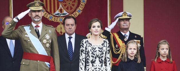 König Filipe und Königin Letizia mit ihren Töchtern bei der Nationalparade 2016