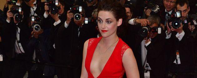 Kristen Stewart in einem feurig roten Kleid