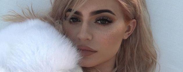 Kylie mit rosa Haaren