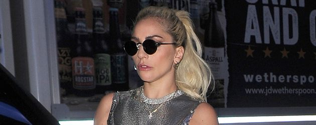 Lady GaGa vor ihrem Hotel in London