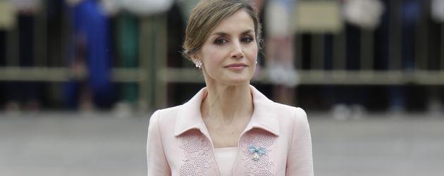 Letizia von Spanien im roséfarbenen Dress