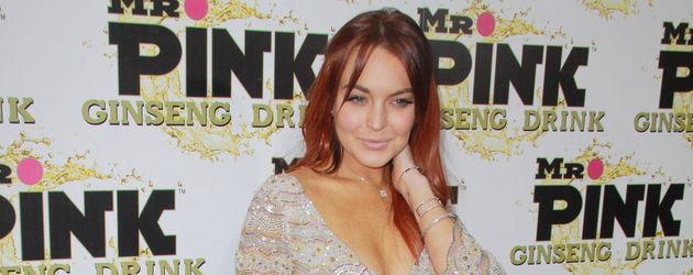 Lindsay Lohan mit roten Haaren und kurzem Kleid