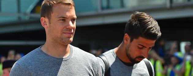 Manuel Neuer und Sami Khedria vor dem Abflug zur EM