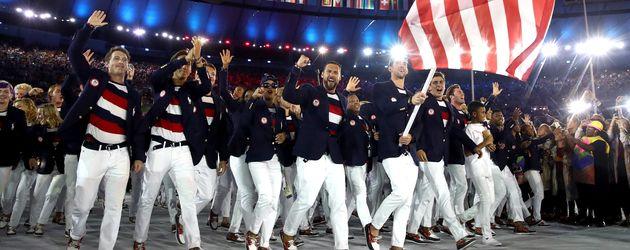 Michael Phelps (vorne) und das Team Amerika bei der Eröffnungszeremonie der Olympischen Spiele 2016
