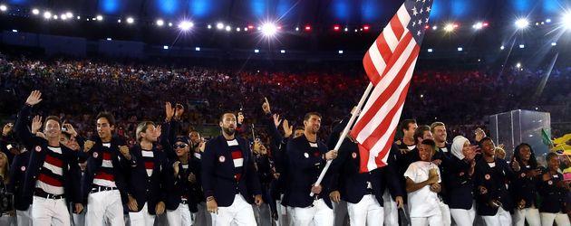 Michael Phleps als Fahnenträger des Team USA bei den Olympischen Spielen 2016