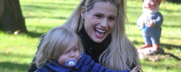 Michelle Hunziker und ihre Töchter Celeste & Sole in einem Park