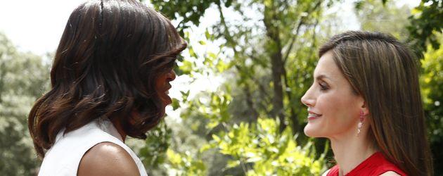 Michelle Obama mit Prinzessin Letizia von Spanien im Garten des Zarzuela Palastes in Madrid