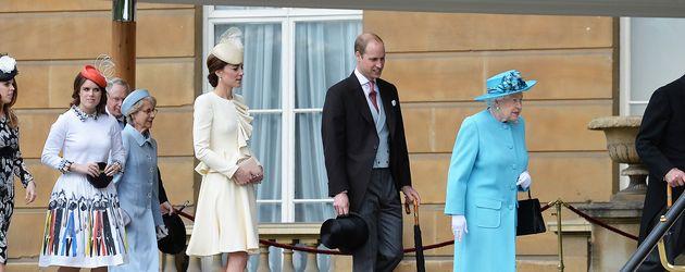Mitglieder der Königsfamilie bei einer Gartenparty im Buckingham Palace