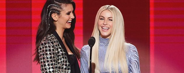 Nina Dobrev und Julianne Hough bei den 2016 American Music Awards