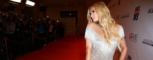 """Paris Hilton posiert auf dem roten Teppich der """"Annual Race To Erase MS""""-Gala"""