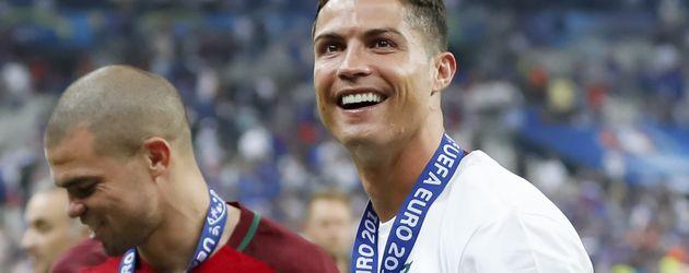 Pepe und Cristiano Ronaldo mit dem EM Pokal im EM-Finale Portugal gegen Frankreich