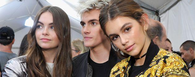 Presley Gerber und Schwester Kaia Gerber während der Moschino Fashion-Show