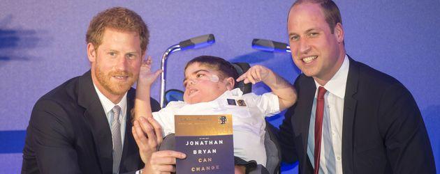 Prinz Harry und Prinz William mit einem jungen Preisträger des Diana Legacy Awards