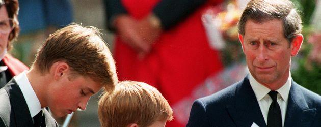 Prinz William, Prinz Harry und Prinz Charles bei Dianas Beerdigung 1997