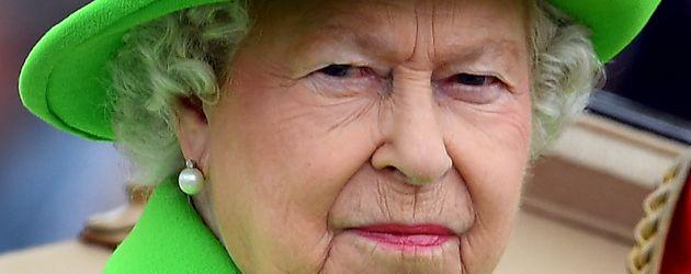 Queen Elizabeth II. in einem neongrünen Ensemble bei der Trooping The Colour Parade in London