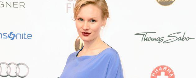 Rosalie Thomass beim Deutschen Filmball 2016 mit kleiner Babykugel