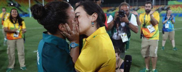 Rugby-Spielerin Isadora Cerullo mit ihrer Verlobten Marjorie Enya