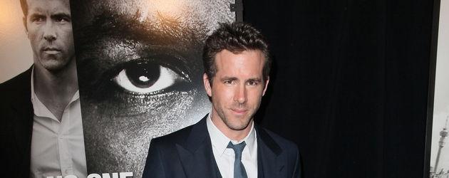 Ryan Reynolds im blauen Anzug mit Krawatte