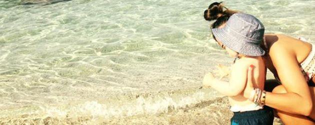 Sarah Lombardi mit Sohn Alessio am Strand auf Kreta
