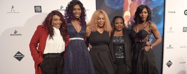 Serena Williams (r.) mit ihrer Mutter und ihren Schwestern