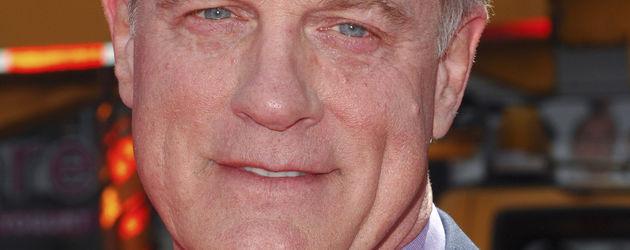 Stephen Collins mit gepunkteter Krawatte