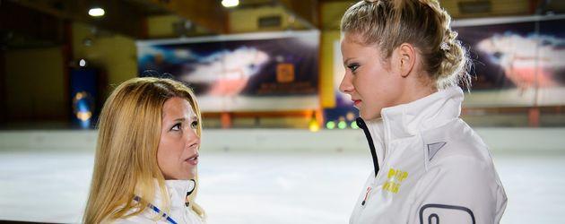 Trainerin Diana Sommer (Tanja Szewczenko) mit Eiskunstläuferin Marie Schmidt (Cheyenne Pahde)
