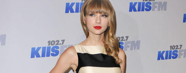 Taylor Swift im gestreiften Dress
