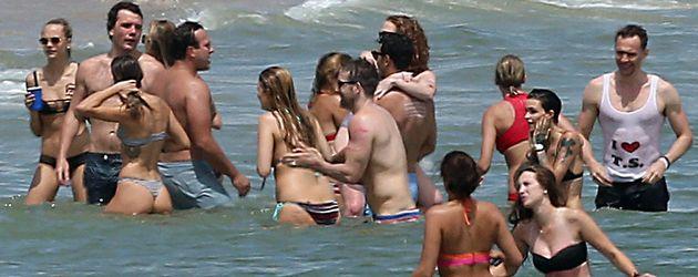 Taylor Swift und Tom Hiddleston planschen mit Freunden vor Rhode Island